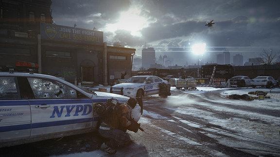 Bewaffneter Mann verschanzt sich hinter NYPD-Auto. im Hintergrund die New Yorker Skyline