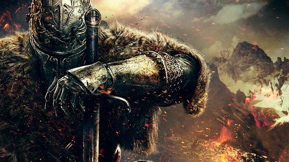 Ein Ritter mit Helm und Schwert, das Gesicht ist verborgen. Im Hintergrund eine Berglandschafr und feuer, das Funken schlägt.