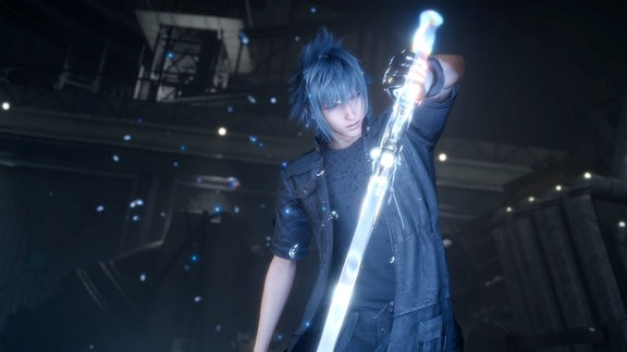 """Figur aus dem Rollenspiel """"Final Fantasy 15"""": Ein junger schwarzgekleideter Mann mit funkelndem Schwert."""