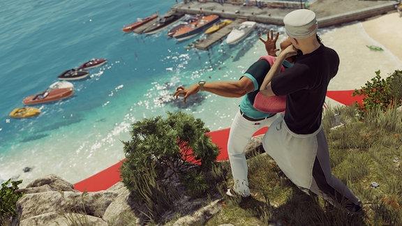 """Screenshot aus dem Videogame """"Hitman Episode 2 - Sapienza"""": Ein Mann bedroht einen anderen am Abgrund einer Steilküste über einem Yachthafen"""