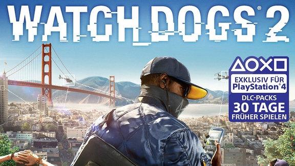 """Szene aus dem Actionspiel """"Watch Dogs 2"""" - Ein Mann mit Basecap auf dem Kopf und Tuch über dem Mund hält ein Smartphone und blickt über die Silhouette der Stadt San Francisco."""