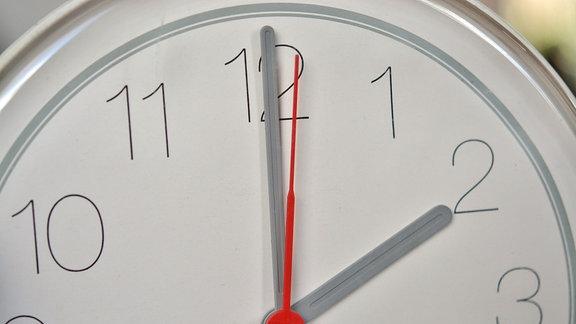 Eine Uhr zeigt 14 Uhr an