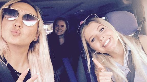 Die Festivalbesucherin Sany sitzt mit ihren Freundinnen im Auto.