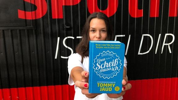 Hörerin Lara mit Buch