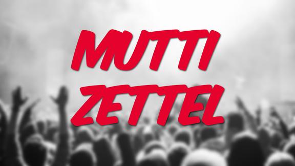 """Weichgezeichnetes Bild vom Publikum vor der Festivalbühne, Schrift: """"Muttizettel"""""""